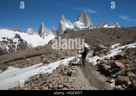 Vista del Monte Fitz Roy sulla Laguna de los Tres trail, El Chalten, Patagonia, Argentina, Sud America Foto Stock