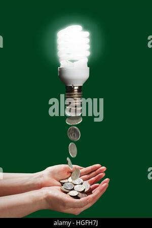 Lampade a risparmio energetico che consente di risparmiare energia e denaro per il bilancio familiare, sullo sfondo Foto Stock
