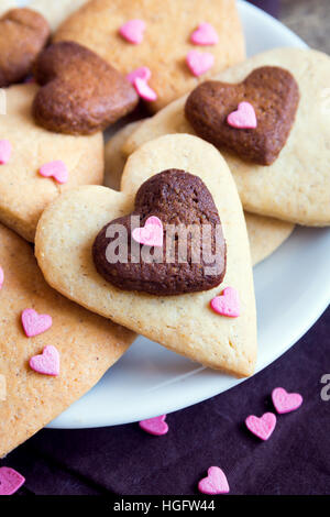A forma di cuore i cookie da vicino per il giorno di San Valentino - festa in casa la pasticceria buiscuits biscotti, Valentino concetto di amore Foto Stock