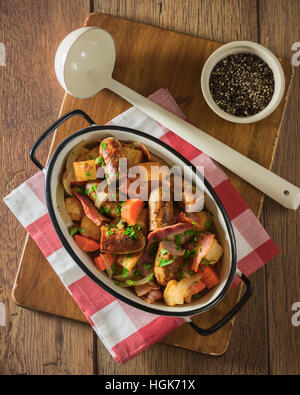 Dublino vizierà. Tradizionale di patate irlandese, salsicce e bacon stufato. Il cibo in Irlanda Foto Stock
