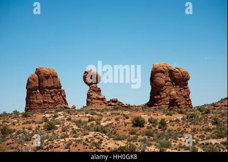 Ripresa in grandangolo equilibrato di roccia rossa e formazioni rocciose che incorniciano la roccia. primo piano Foto Stock