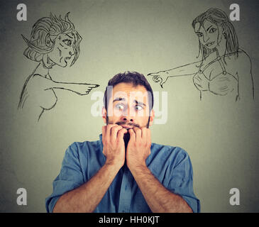 Brutto male le donne rivolto a sottolineato solleciti l'uomo. Le emozioni umane faccia sentimenti di espressione Foto Stock