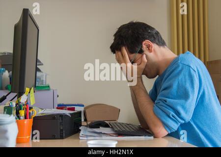 Ha sottolineato l'uomo al lavoro in ufficio Foto Stock