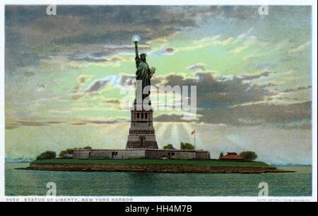 Statua della Libertà nel porto di New York, New York, Stati Uniti d'America - creato da scultore francese e designer Frederic Auguste Bartholdi e aperto nel 1886. Foto Stock