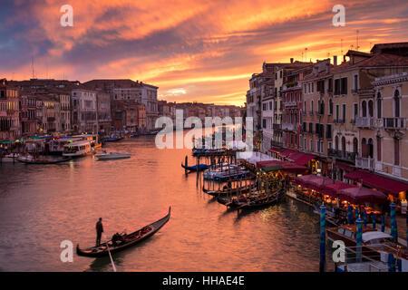 Serata colorata sul Canal Grande e della città di Venezia, Veneto, Italia Foto Stock