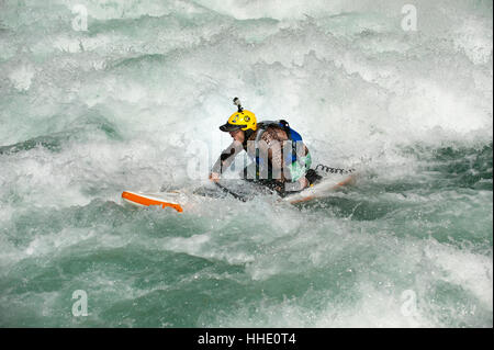 Stand Up Paddleboarding sul fiume Karnali, west Nepal Foto Stock