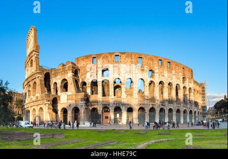 Vista al tramonto del Colosseo di Roma in Italia. Foto Stock