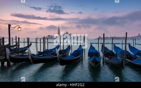 Pre-alba della luce sulle gondole e San Giorgio Maggiore, Venezia, Veneto, Italia