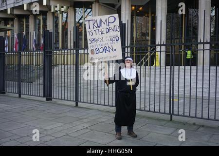 Londra, Regno Unito. Xix gen, 2017. Un uomo vestito come una suora a protestare davanti a Donald Trump inaugurazione Foto Stock