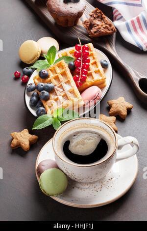Caffè, dolci e cialde con frutti di bosco Foto Stock
