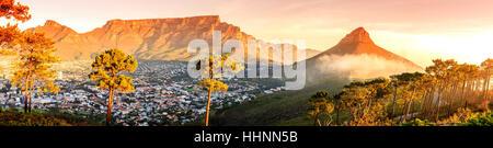 Vista panoramica di Cape Town, Monte Table e la Lions Head in Sud Africa Foto Stock