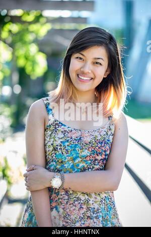 Ritratto di sorridere donna cinese indossando abiti Foto Stock