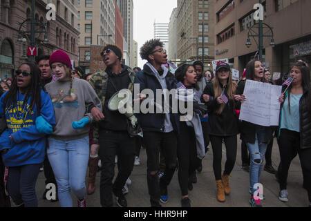 Denver, Colorado, Stati Uniti d'America. Xx gen, 2017. I manifestanti cantano e marzo contro l inaugurazione di Foto Stock