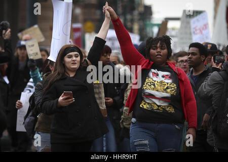 Denver, Colorado, Stati Uniti d'America. Xx gen, 2017. I manifestanti tenere mani come essi marzo attraverso il Foto Stock