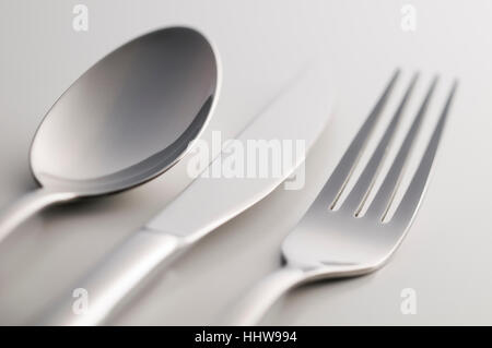 Argenteria: forcella, un cucchiaio e un coltello su sfondo bianco Foto Stock