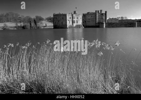 Il lago al Castello di Leeds, Kent; Inghilterra; Regno Unito Foto Stock