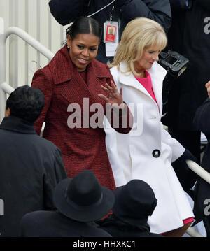 La First Lady Michelle Obama, sinistra, arriva con il Vice Presidente Joe Biden la moglie dott.ssa Jill Biden per la 58th inaugurazione presidenziale per presidente-eletto Donald Trump presso l'U.S. Campidoglio in Washington, venerdì 20 gennaio, 2017.(AP Photo/Susan Walsh)