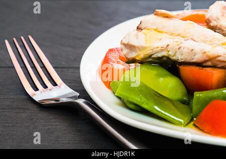 Sgombro con insalata sulla piastra bianca Foto Stock