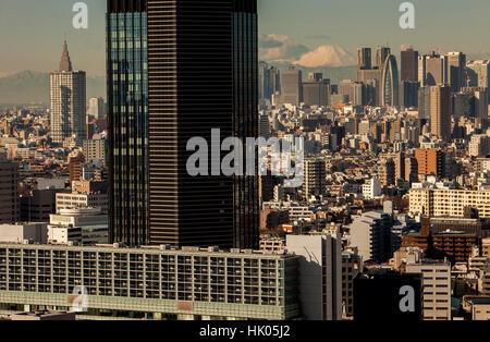 La sovrappopolazione, townscape, grattacieli di Shinjuku e il Monte Fuji, Tokyo, Giappone Foto Stock