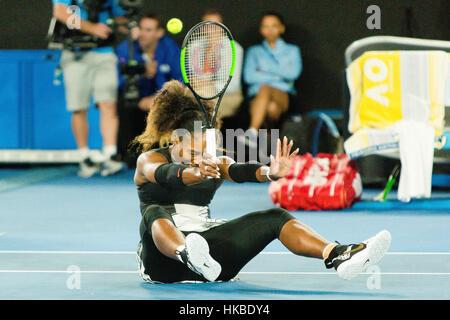 Melbourne, Australia. 29 gen, 2017. Serena Williams di Stati Uniti d'America dopo il matchball contro la sorella Foto Stock