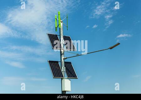 Pannelli solari sul polo elettrico per illuminazione su strada