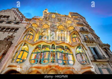 Casa Batllo house design di Antonio Gaudi a sera, Barcellona, Spagna Foto Stock