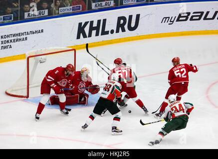 PODOLSK, Russia - 14 gennaio 2017: i giocatori non identificati dal team Vityaz gate sulla partita di hockey Vityaz vs AKBars sulla Russia KHL campionato su gennaio 14, 2017, in Podolsk, Russia. Vityaz ha vinto 3:2 Foto Stock
