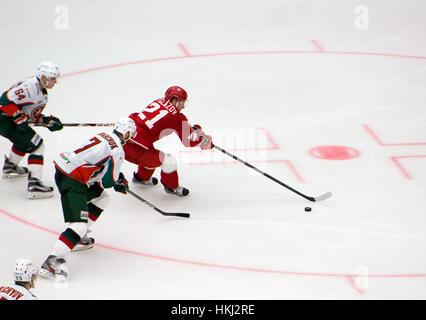 PODOLSK, Russia - 14 gennaio 2017: N. Vyglazov (21) dribbling sull hockey gioco Vityaz vs AKBars sulla Russia KHL campionato su gennaio 14, 2017, in Podolsk, Russia. Vityaz ha vinto 3:2 Foto Stock