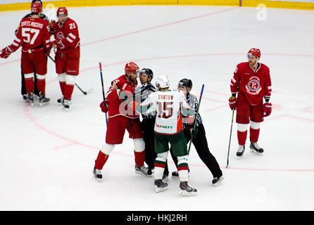 PODOLSK, Russia - 14 gennaio 2017: A. Svitov (15) e A. Semenov (5) lotta sull hockey gioco Vityaz vs AKBars sulla Russia KHL campionato su gennaio 14, 2017, in Podolsk, Russia. Vityaz ha vinto 3:2 Foto Stock
