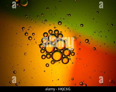 Abstract sfondo colorato, gocce di olio su acqua Foto Stock