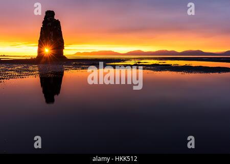 Stack di basalto Hvitserkur sulla penisola di Vatnsnes, Islanda, l'Europa. Foto Stock