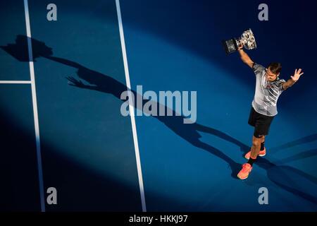 Melbourne, Australia. 29 gen, 2017. Roger Federer celebra con il suo trofeo durante la cerimonia di premiazione Foto Stock