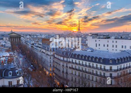 Torre Eiffel al tramonto a Parigi, Francia Foto Stock
