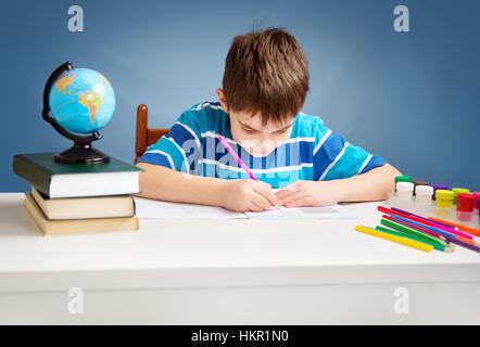 A sette anni di età bambino la lettura di un libro Foto Stock