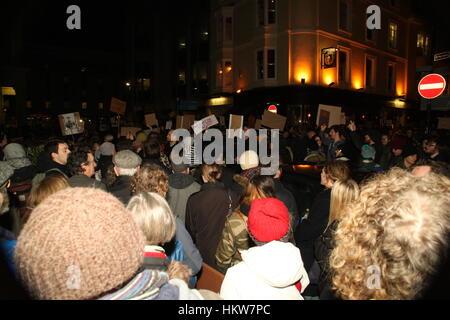 Brighton, Regno Unito. Il 30 gennaio, 2017. Centinaia di persone hanno affollato la piazza e le strade attorno a Foto Stock