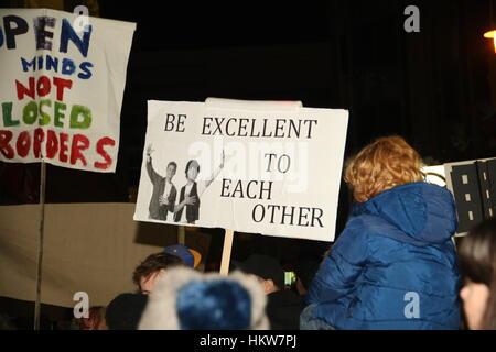 Brighton, Regno Unito. Il 30 gennaio, 2017. Questa targhetta trae ispirazione da Bill e Ted come centinaia di persone Foto Stock