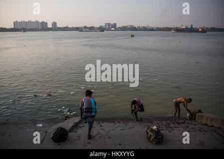 Persone batheing su uno dei ghats sul Fiume Hooghly in Kolkata (Calcutta), West Bengal, India. Foto Stock