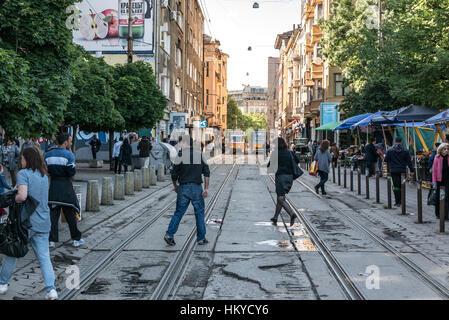 701412acea La gente a piedi lungo la strada di Sofia. Il modo è solo pedonale e