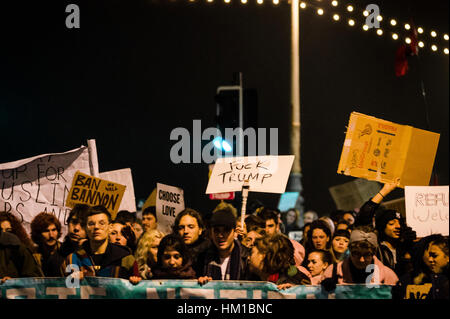 Brighton, Regno Unito. Il 30 gennaio 2017. Anti-Trump manifestanti per strada dopo il 'Demo di emergenza contro Foto Stock