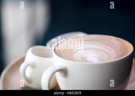 Latte caldo arte del caffè sulla tabella Foto Stock