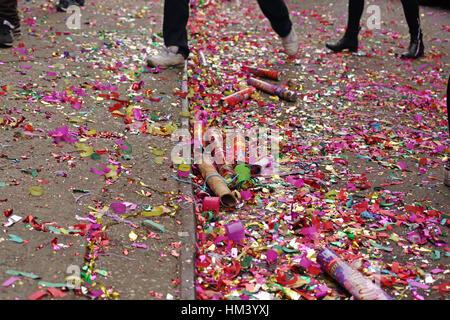 Trascorso giant party popper, coriandoli e glitter cucciolata a New York Chinatown street il primo giorno del nuovo Foto Stock