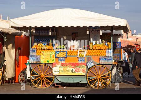 MARRAKECH, Marocco - Apr 29, 2016: succo d'arancia in stallo sulla Piazza Jamaa El Fna a Marrakech. Foto Stock