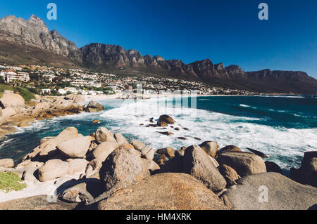 La linea costiera di Camps Bay con i dodici apostolo montagne dietro di esso. Camps Bay è uno dei resort più esclusivi Foto Stock