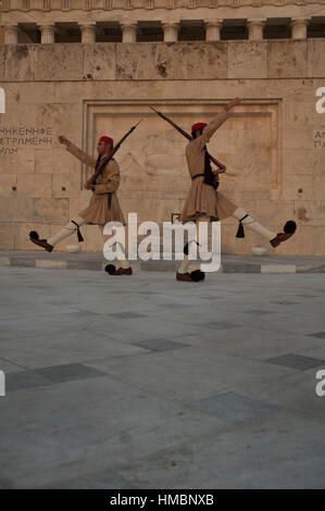 Grecia modifica delle protezioni davanti alla tomba del Milite Ignoto, il parlamento greco. Atene Foto Stock