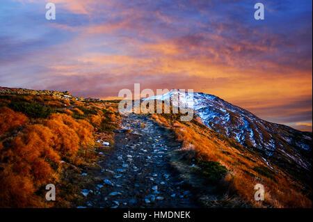 Fantastico tramonto nelle montagne di Ucraina Foto Stock