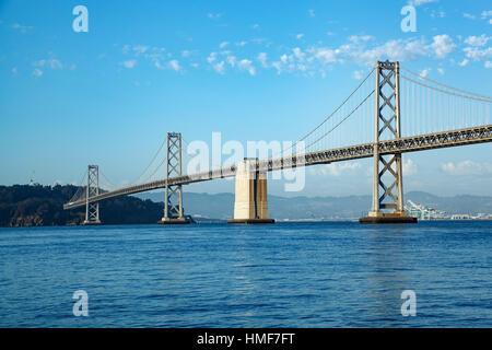 L'isola del tesoro e San Francisco-Oakland Bay Bridge di San Francisco, California USA Foto Stock