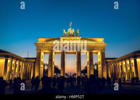 Berlino, Germania - 22 gennaio 2017 - Porta di Brandeburgo a Berlino, Germania durante la sera d'inverno. tonica immagine. Foto Stock