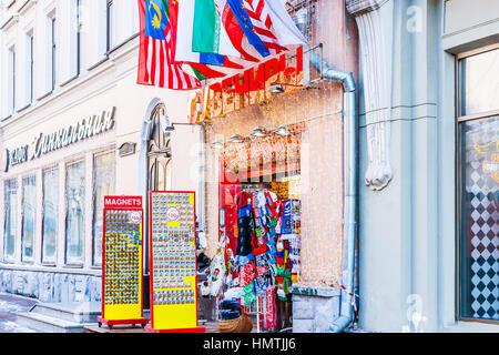 Mosca, Russia. 5 febbraio, 2017. Vendita di souvenir in Arbat street. La temperatura è di circa -10 gradi Centigradi Foto Stock