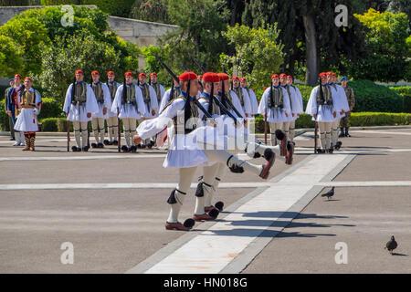 Cambio della guardia di fronte al Parlamento europeo, Evzones presso la tomba del Milite Ignoto in Piazza Syntagma Foto Stock