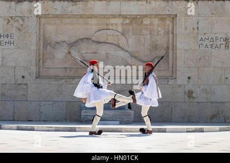 Modifica delle protezioni, Evzones davanti alla tomba del Milite Ignoto, Piazza Syntagma, Atene, Grecia Foto Stock